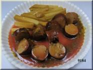Currywurst rot geschnitten mit Pommes