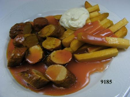 Curry sausage cut white with chips and majo