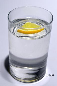 Wasser m. Zitrone (echtes Glas)