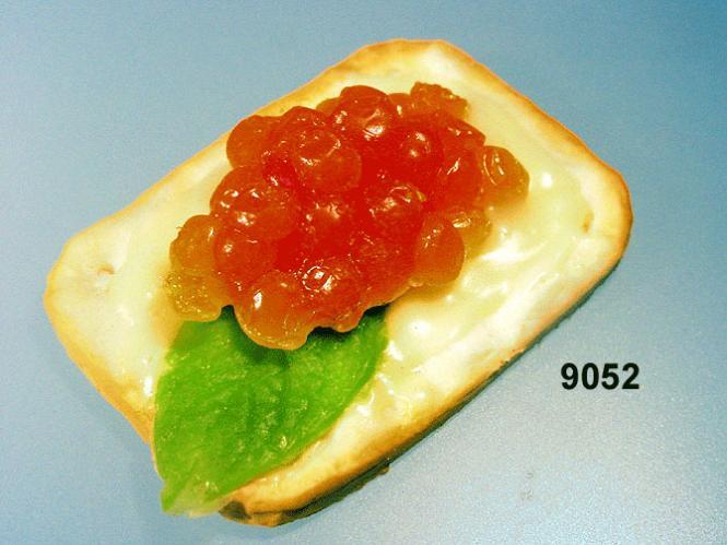Kräcker  mit Kaviar gelb